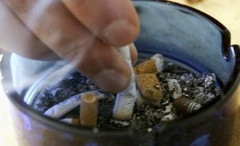 Курильщик решил бросить курить. Фото: AP Photo/Adrian Schmidt, HF