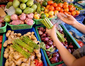 Овощи и фрукты снижают риск развития диабета второго типа. Фото: JAY DIRECTO/AFP/Getty Images