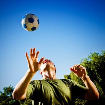 Ученые считают, что каждый удар по голове или сотрясение мозга вызывает растяжение аксонов нервных клеток. Фото: mbbirdy/Getty Images