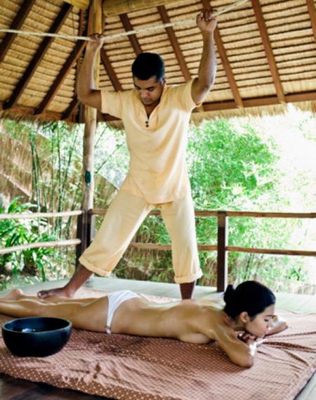 В Таиланд за здоровьем. Не пугайтесь, это аюрведический массаж. Фото: Matthew Wakem/Getty Images