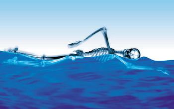 В воде масса тела человека уменьшается в 10 раз, а врожденная способность держаться на воде позволяет избежать ударов. Фото: Digital Vision/Getty Images