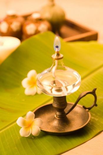 Использование ароматерапии может перенести нас в тонкий мир чудесных запахов. Фото: IMAGEMORE Co., Ltd./Getty Images