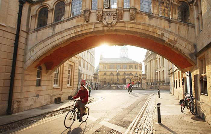 Используйте велосипед и ролики не только для прогулки, но и для выполнения повседневных задач. Фото: Oli Scarff/Getty Images