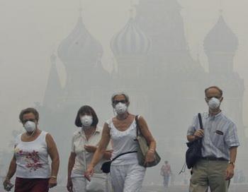 В некоторых районах Москвы концентрация угарного газа превысила предельно допустимую в четыре раза, а содержание взвешенных в воздухе частиц - в три. Фото: NATALIA KOLESNIKOVA/AFP /Getty Images