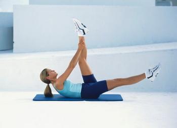 Тренируем пресс: упражнение 2. Фото: Russell Sadur./Getty Images