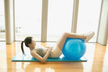 Тренируем пресс: упражнение 3.  Фото: imagewerks /Getty Images