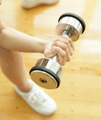 Наращивание мышечной массы может быть достигнуто с помощью легких весов. Фото: Fotosearch/Getty Images