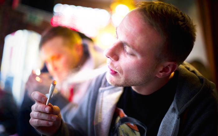 Пассивное курение вредит здоровью не только людей, но и животных. Фото: Jasper Juinen/Getty Images