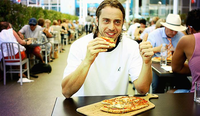 Бессонная ночь повышает шансы подсесть на пончики и пиццу. Фото: Robert Prezioso/Getty Images