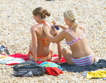 Тщательней выбирайте солнцезащитный крем, так как некоторые его компоненты могут принести больше вреда, чем пользы. Фото: Phil Cole /Getty Images