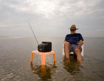 Если вы проводите большую часть дня сидя перед телевизором или компьютером, у вас есть повод измениться. Фото: Stephen St. John/Getty Images