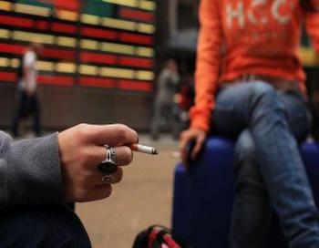 Ученые считают, что принятие и вступление в действие законов запрещающих курение в общественных местах может значительно сократить затраты на здравоохранение и смертность от пассивного курения. Фото: Spencer Platt/Getty Images