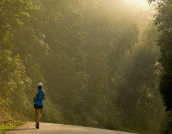 Регулярные упражнения или бег трусцой в течение 30 минут в день помогут вернуть здоровый вид и убрать жировые отложения. Фото: Lawrence Wee/Getty Images