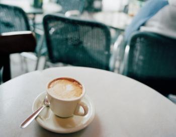 Если вы надеетесь взбодриться с утра чашкой кофе и получить импульс к началу рабочего дня, не спешите. Фото: Gary Yeowell/Getty Images
