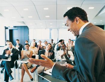 По мнению психологов, хороший руководитель непременно должен быть скромным и уметь признавать свои ошибки. Фото: Digital Vision/Getty Images