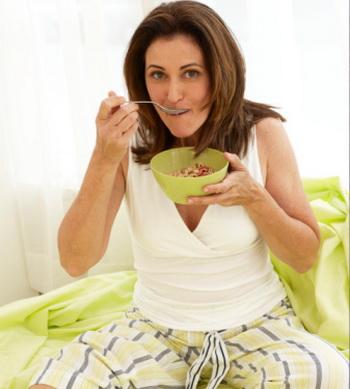 Для женщин с метаболическим менопаузальным синдромом разработана специальная диета. Её главный принцип: есть несколько раз в день небольшими порциями в одно и то же время. Фото: Marcy Maloy/Getty Images