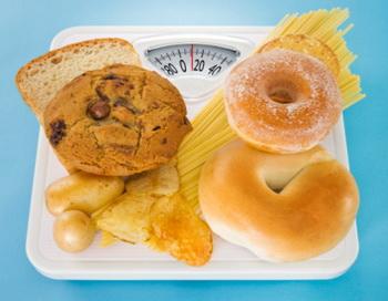 Полностью отказавшись от жиров, вы начинаете налегать на углеводы. В результате ни о каком похудении не может быть и речи. Фото: Tooga/Getty Images