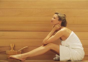 Добавьте раз в неделю посещение бани или сауны. Фото: Comstock/Getty Images