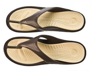 Босоножки с каблуком или спортивная обувь, лучше, чем обычные шлепанцы  - свидетельствуют данные исследования. Фото: Photos.com