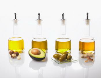 Витамин Е содержится в растительных маслах: оливковом, соевом, пальмовом, кукурузном, подсолнечном и других. Фото: FoodPix/Getty Images