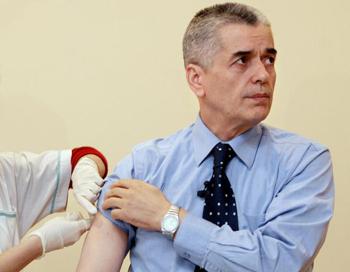 Геннадий Онищенко решил обязать детские прививки. Фото: DENIS SINYAKOV/ AFP/Getty Images