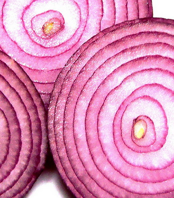 Хотя лук может заставить нас лить слезы, он является эффективным природным лекарством от многих болезней. Фото: pageofreviews.com