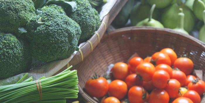 Чтобы избежать хронического воспаления, сделайте акцент на свежие овощи и фрукты, а также льняное масло и морепродукты. Фото: writefromwrong.com