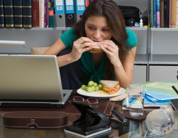 Булимия характеризуется случаями частого употребления пищи из-за сильного голода, сочетающаяся с некоторыми безуспешными способами контролировать вес. Фото:  Will Woods/Getty Images