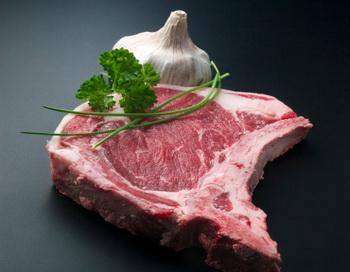 Красное мясо сокращает жизнь — выяснили учёные. Фото: Joan Vicent Canto Roig/Getty Images