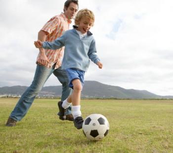Если родители хотят, чтобы их дети похудели, они должны начать с себя. Фото: Alistair Berg/Getty Images