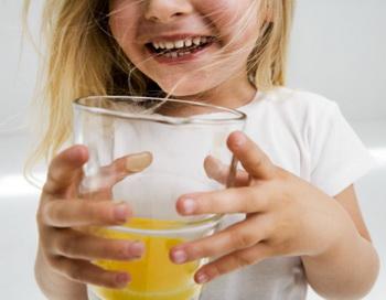Фруктовые соки разрушают зубную эмаль. Фото: Roy McMahon/Getty Images