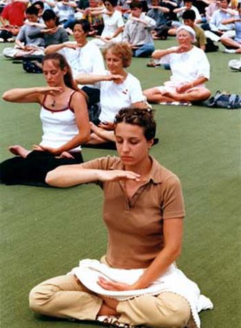 Медитация может быть использована при таких проблемах как головная боль, высокое давление, боли в пояснице, болезни сердца. Фото: с сайта ru.clearharmony.net