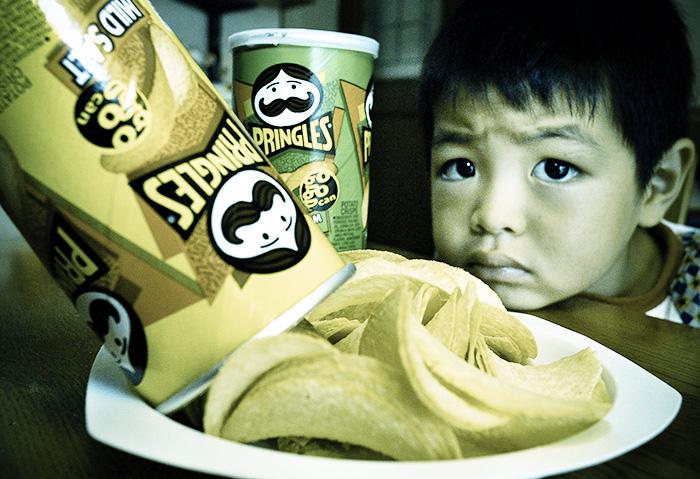 Глутамат натрия часто используется при производстве чипсов, супов, китайских продуктов, соусов, приправ, колбас, сосисок, копчёного мяса, переработанных мясных деликатесов и другого. Фото: YOSHIKAZU TSUNO/Getty Images