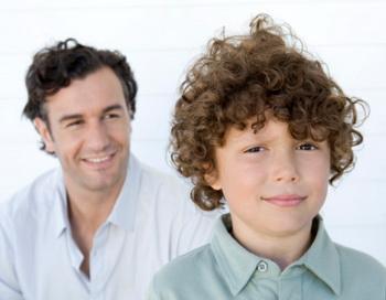 Другая не менее опасная директива может сформироваться в том случае, если ребёнку часто напоминают о том, что ему пора повзрослеть. B2M Productions/Getty Images