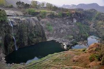Как можно уничтожить реку, которая дает жизнь миллионам людей? Крупнейшая река Китая, Янцзы, больше не достигает моря, высыхая перед устьем. Тем не менее, ее вода и дальше используется и выкачивается ГЭС. Три ущелья вместе с многочисленными другими плотинами и насосными станциями, откачивающими воду в безводные северные районы. Фото: The Epoch Times