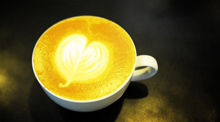Употребление четырех чашек кофе в день может повысить риск смерти в 2 раза. Фото: Jose CABEZAS/AFP/Getty Images
