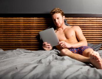 Не «глушите» синтез мелатонина вашими любимыми гаджетами. Лёжа в постели с выключенным светом, не светите в глаза экраном IPad, телевизора, телефона или другими устройствами. Фото: Jordan Siemens/Getty Images