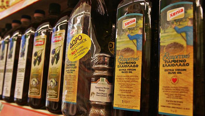 Исключительно чистое оливковое масло (extra virgin olive oil) является наилучшим выбором для здорового питания. Фото: LOUISA GOULIAMAKI/AFP/Getty Images