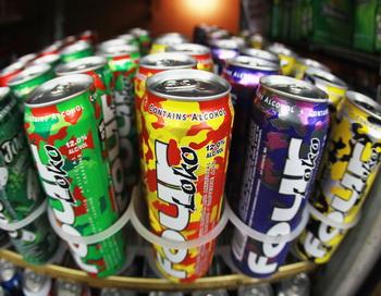 В настоящий момент FDA переоценивает степень опасности алкогольных коктейлей. Фото: Daly and Newton/Getty Images