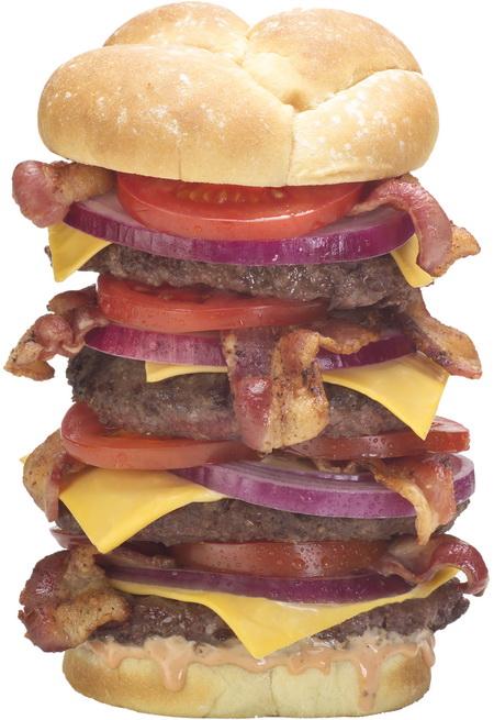 Этот чудо-гамбургер называется Triple Bypass Burger. Он содержит 6000 килокалорий, которые упакованы в три говяжие котлеты, три куска обработанного сыра, 12 полосок бекона, а также лука и помидора. Фото с сайта HeartAttackGrill