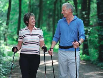 Скандинавской ходьбой может заниматься человек любого пола и возраста. Фото: Mel Svenson/Getty Images