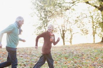 Регулярные умеренные физические упражнения создают оптимальную нагрузку на костные элементы. Фото: Sam Edwards/Getty Images