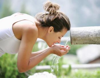 Как известно природная вода обладает всеми достоинствами естества и жизни, поэтому она намного полезней синтетических аналогов или химических жидкостей. Фото: Harald Eisenberger/Getty Images