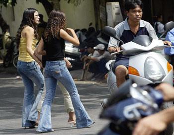 Узкая одежда может привести к серьёзным заболеваниям. Фото: HOANG DINH NAM/Getty Images