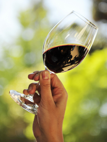 Один бокал вина в день связан с более высоким риском рака молочной железы и других органов. Фото: MARTIN BERNETTI/AFP/Getty Images