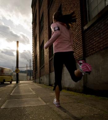 В городах занятия бегом следует проводить вдали от загазованных магистралей с интенсивным автомобильным движением. Фото: Heath Korvola/Getty Images