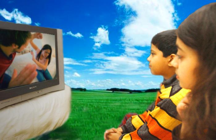 Телевидение является мощным инструментом по формированию общественного сознания. Но нам все-таки необходимо думать о собственном здоровье и здоровье своих детей. Коллаж: Кирилл БЕЛАН. Великая Эпоха (The Epoch Times)