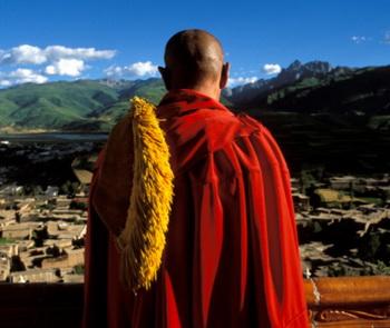 Далай-Ламу больше всего изумляет человек, «который вначале тратит своё здоровье, чтобы заработать деньги, а затем он тратит деньги на восстановление здоровья». Фото: Remi Benali/Getty Images