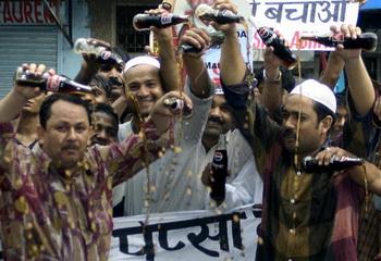 Индийские жители протестуют против употребления популярных лимонадов, после опубликования данных об их влиянии на здоровье. Фото: RAVEENDRAN/AFP/Getty Images