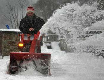 Фото: Если снегоочиститель заглох, убедитесь, что выключили его перед тем как начать ремонт! (Uwe Meinhold/AFP/Getty Images)